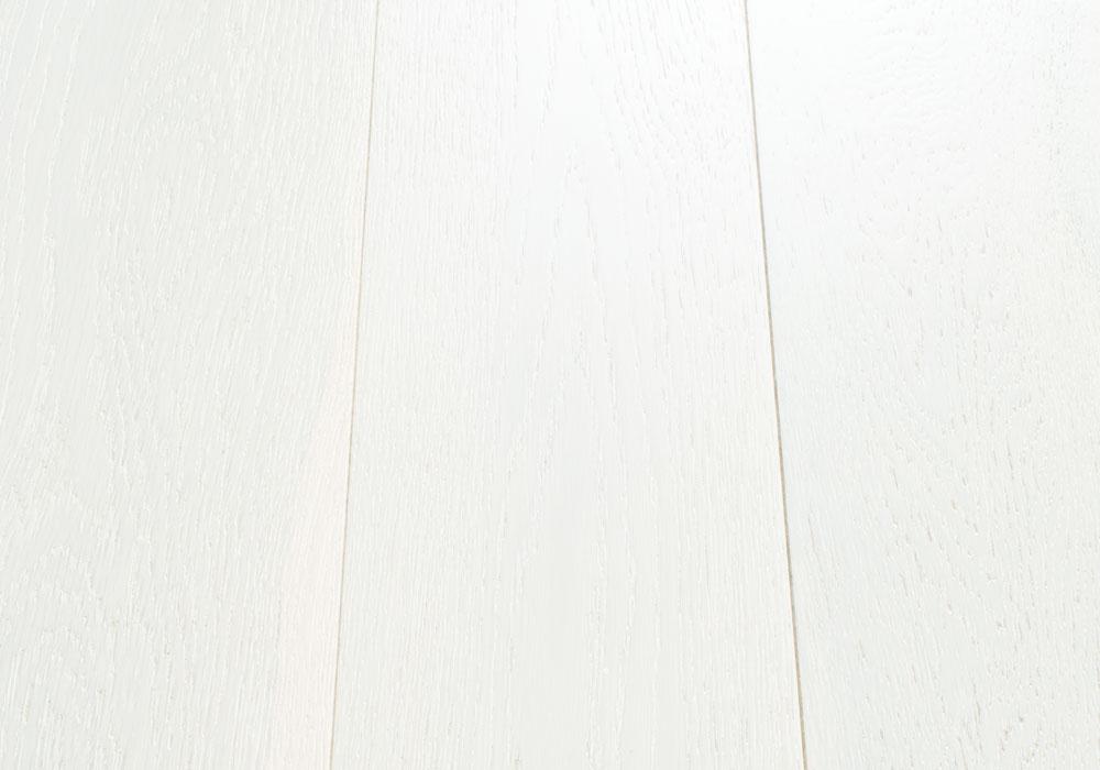 Magestik Floor изготавливает массивные доски Дуб Арктик, подвергая натуральный дуб из Европы фирменной обработке.